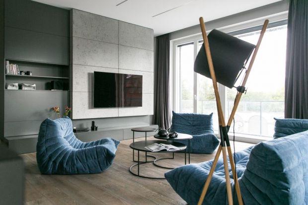 """To wnętrze ujmuje ponadczasową klasą i stylem, ale także lekkością i niezwykłym pięknem. Oszczędna elegancja stanowi harmonijny duet z nieszablonowymi dodatkami. Klasyczne tony granatu """"oswajają"""" z kolei nowoczesny minimalizm."""