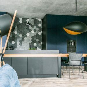 Wnętrze w nowoczesnym stylu: otwarta kuchnia. Projekt: Joanna Zabłocka. Fot. Zawrotniak-Kucharska