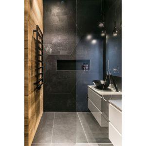 Wnętrze w nowoczesnym stylu: łazienka przy sypialni. Projekt: Joanna Zabłocka. Fot. Zawrotniak-Kucharska