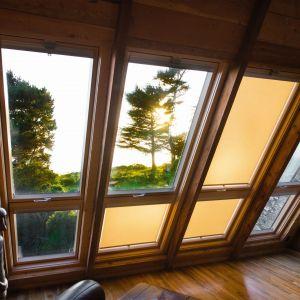 Nowoczesny dom w Richmond. Charakteryzuje się dużą liczbą okien o dużej powierzchni przeszklenia oraz modną, ciekawą elewacją. Fot. Fakro