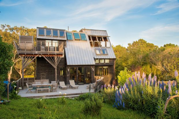 Nowoczesny design domu wyróżnia się na tle zabudowy w Richmond, stolicy stanu Virginia - jednego z najstarszych miast w Stanach Zjednoczonych. Budynek charakteryzuje się dużą liczbą okien o dużej powierzchni przeszklenia oraz modną, ciekawą elew
