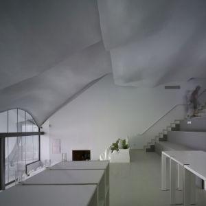 Opływowe, pofalowane sufity domu wykonano z gipsu. Ich geometryczny kształt nie jest przypadkowy. Został tak zaprojektowany, aby zapewniać optymalną cyrkulację powietrza i wentylację we wszystkich pomieszczeniach domu. Fot. Jesus Granada