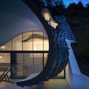 Rezydencja położna jest na wzgórzu, na działce o powierzchni 210 mkw. o nachyleniu 42º z zapierającym widokiem na Morze Śródziemnomorskie. Fot. Jesus Granada