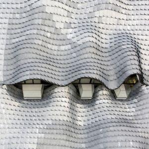 """Cynkowe """"płytki łuski"""" pokrywające dach zostały wykonane ręcznie. Fot. Jesus Granada"""