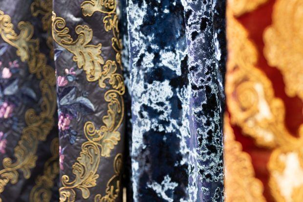 Złoto z czernią, srebro z szarościami, granaty i zielenie – to kolory, które w 2020 roku będą królowały w tkaninach obiciowych i dekoracyjnych. Ich szeroką ofertę i tegoroczne nowości prezentowała w trakcie 4 Design Days 2020 firma Rad-Pol.