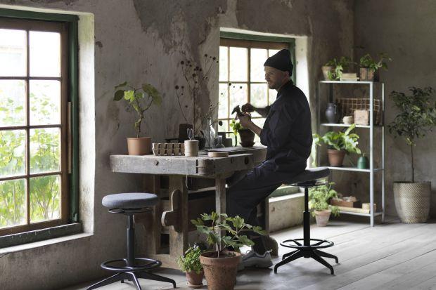 Wśród nowości znajdziemy produkty, które zadbają nie tylko o nastrój, ale również o nasze zdrowie i środowisko, jak zasłona oczyszczająca powietrze czy wspierający aktywne siedzenie stołek. Naturalna paleta barw i rustykalne wzory pomogą osi