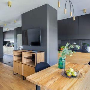 Salon z kuchnią i jadalnią. Projekt Decoroom. Fot. Pion Poziom