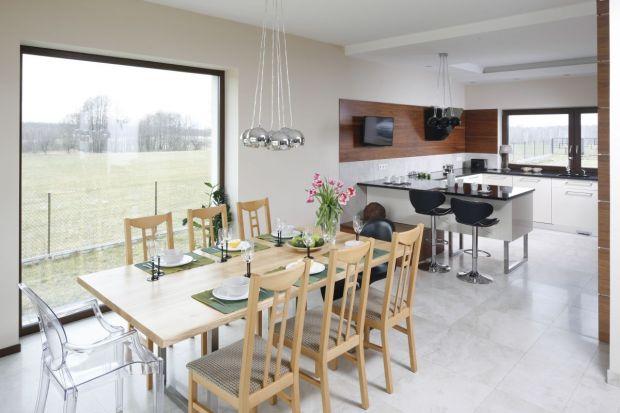 Otwarta strefa dziennato dość często stosowane rozwiązanie. Salon połączony z kuchnią i jadalnią sprawdzi się zarówno w małym, jak i w dużym wnętrzu.