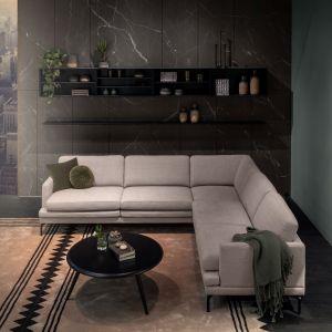 Modna kanapa w salonie. Minimalistyczny narożnik Double. Fot. MTI-Furninova