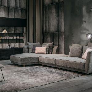 Modna kanapa w salonie. Nowoczesny narożnik Scarlet. Fot. MTI-Furninova