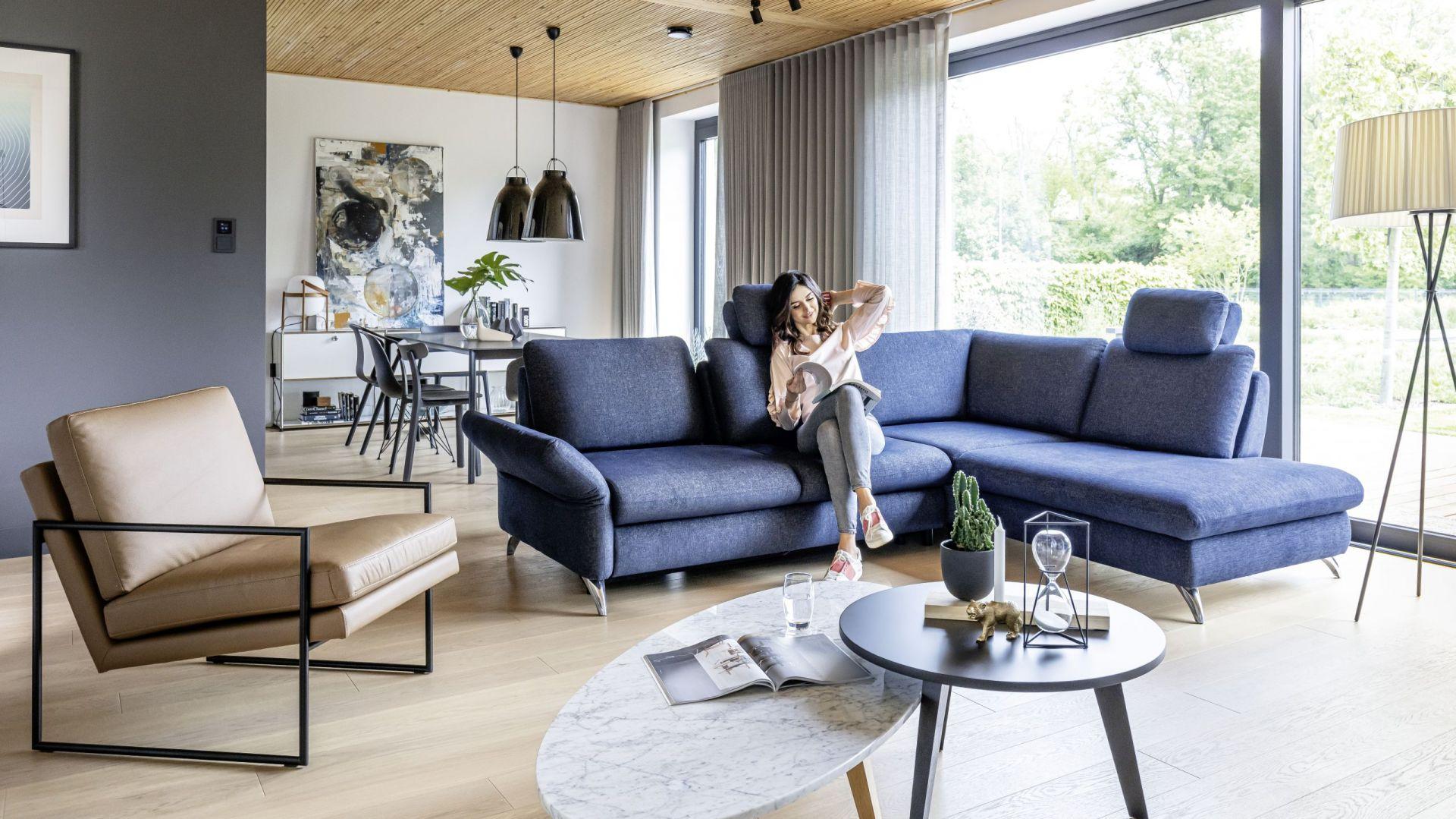 Modna kanapa w salonie. Narożnik z kolekcji mebli wypoczynkowych Tango. Fot. Wajnert Meble