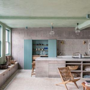 Kuchnia idealnie wtapia się w otwartą przestrzeń dzienną. Fot. Chan and Eayrs