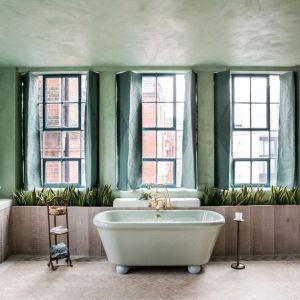 W łazience również nie brakuje okien. Naturalne światło jest ogromną zaletą tego mieszkania. Fot. Chan and Eayrs