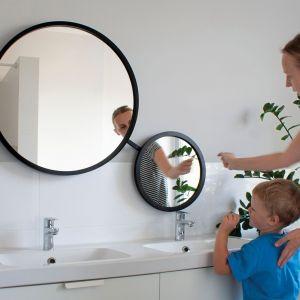 Podwójne, obrotowe lustro Scandi Duo zostało zaprojektowane z myślą o  każdym z domowników, niezależnie od wzrostu. Fot. Giera Design