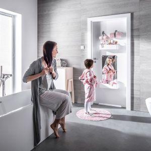 Drzwi łazienkowe z serii Smart można uzupełnić o praktyczne akcesoria. Fot. Vox