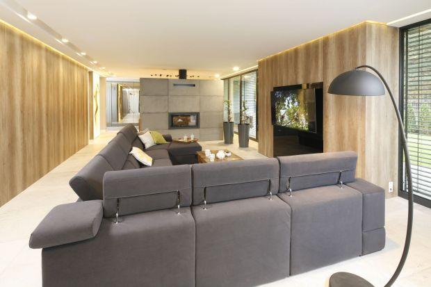 Gra światłem jest sztuką, szczególnie przy aranżacji wnętrz salonów. Jest kilka podstawowych zasad, których należy przestrzegać, aby pomieszczenia sprawiały wrażenie przytulnych oraz optycznie większych. Sprawdź, jak dzięki oświetleniu nad