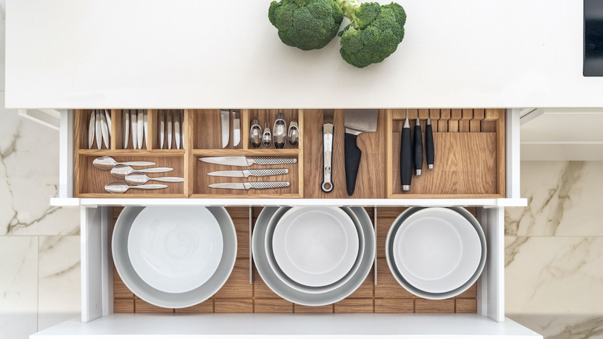 Przechowywanie w kuchni. Organizery do szuflad z dębu lub sklejki. Fot. Zajc