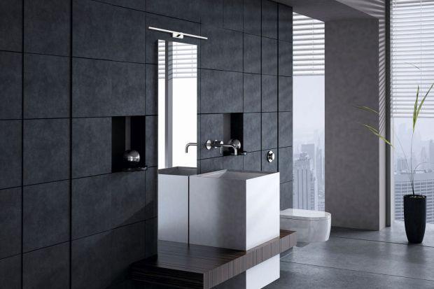 Planując oświetlenie łazienkowe warto uwzględnić różne typy lamp: oprawy sufitowe, punktowe oraz oświetlenie dekoracyjne. Tego typu różnorodność pozwoli na dopasowanie natężenia światła do potrzeb użytkownika, a oprawy dekoracyjne dodadz�