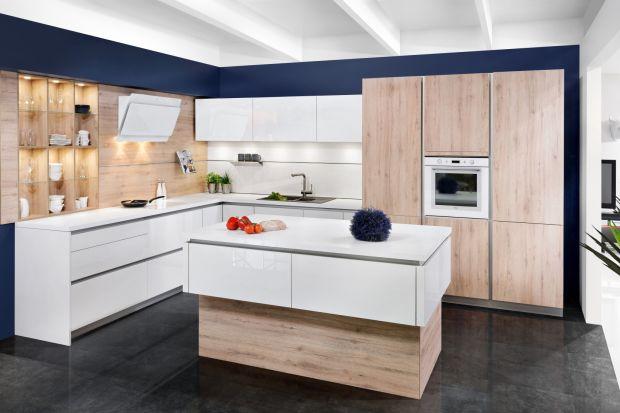 W nowoczesnych kuchniach nie musimy rezygnować z uchwytów, aby zachować minimalistyczny styl jednolitych płaszczyzn frontów. Zamiast tradycyjnych wybierzmy uchwyty zintegrowane. Są wygodne i doskonale wpisują się w kanon eleganckiej prostoty.