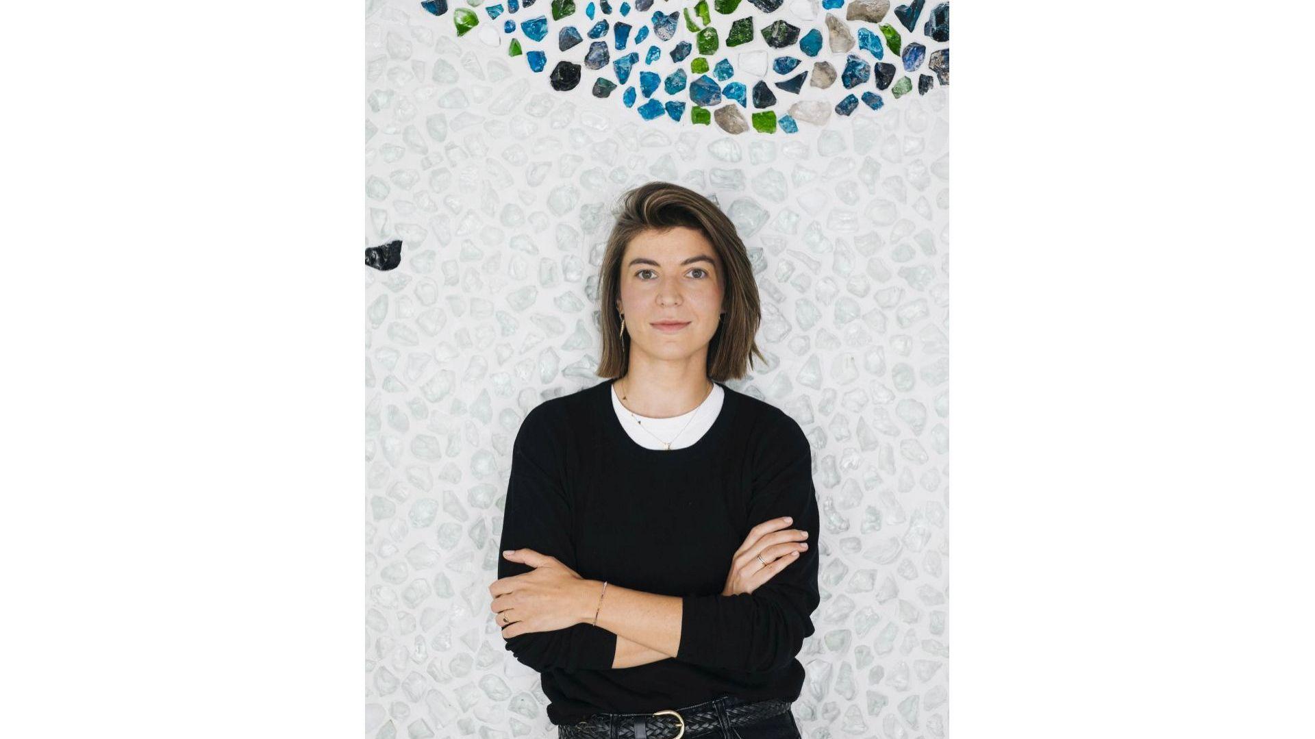 Magdalena Łapińska na tle