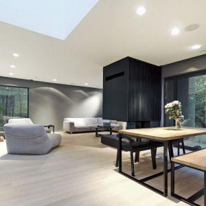 Wnętrze domu utrzymano w nowoczesnej, prostej stylistyce. Fot. zw A