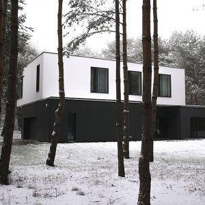 Kolorystyka domu wpisuje się w leśny krajobraz, zwłaszcza ten zimowy. Fot. zw A