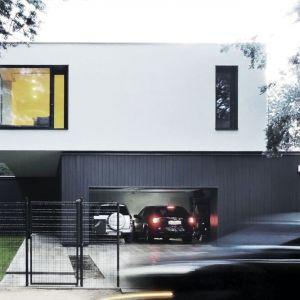 Prostej bryle domu M-House charakteru dodają narożne okna i antracytowa część dolna. Fot. zw A