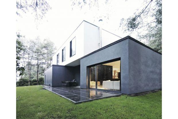 Ten niezwykły dom jednorodzinny w Konstancinie-Jeziornie zlokalizowany jest na działce leśnej o powierzchni ok. 1900 m². Budynek jest skromny i ma prostą formę, diabeł tkwi jednak w jego szczegółach.