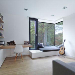 Dom kryje minimalistyczne, ale przytulne wnętrza, ocieplone drewnianymi elementami. Fot. zw A