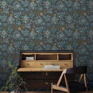 Winylowa tapeta Cantary Aoro z linii Fardis z bogatym wzorem łączącym motyw roślinne z orientalną stylistyką. Fot. Muraspec