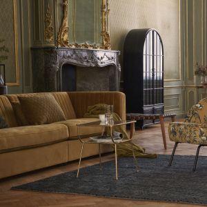 Fotel Vouge z tapicerką w kolorze musztardowym z kwiatowym motywem to klasyka w nowoczesnym wydaniu. Fot. Be Pure