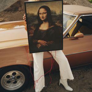 Podświetlany od spodu obraz z limitowanej kolekcji Markerad stworzonej z myślą o millenialsach to hołd złożony dziełu Leonarda da Vinci, zacierający granicę między funkcjonalnością a sztuką. Fot. IKEA