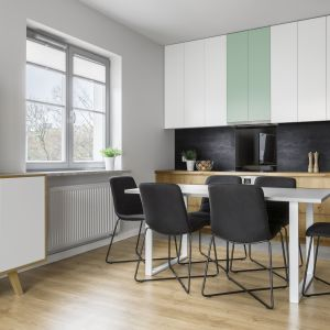 Drewno o autentycznym wyglądzie i ciepłym wybarwieniu, pastelowe kolory na meblach podkreślają styl naturalny w kuchni. Fot. Pfleiderer
