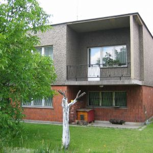 Choć nowe kostki nie powstają, stare wciąż stanowią integralną część polskiego krajobrazu i przypominają o minionych czasach, w których deficytowe były nie tylko materiały, ale też wyobraźnia twórców prawa budowlanego. Fot. Dekop Pracownia Architektury