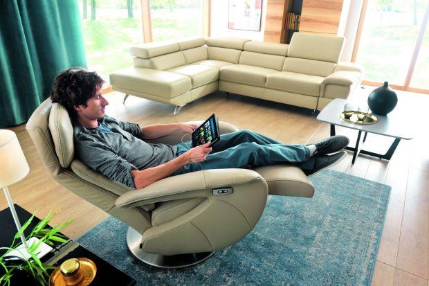 Nowoczesne fotele przestają służyć tylko i wyłącznie do siedzenia. Teraz oczekujemy od nich znacznie więcej. Czytanie, oglądanie filmów i rozmowy telefoniczne z przyjaciółmi, mają odbywać się przede wszystkim w trosce o komfort naszych nóg