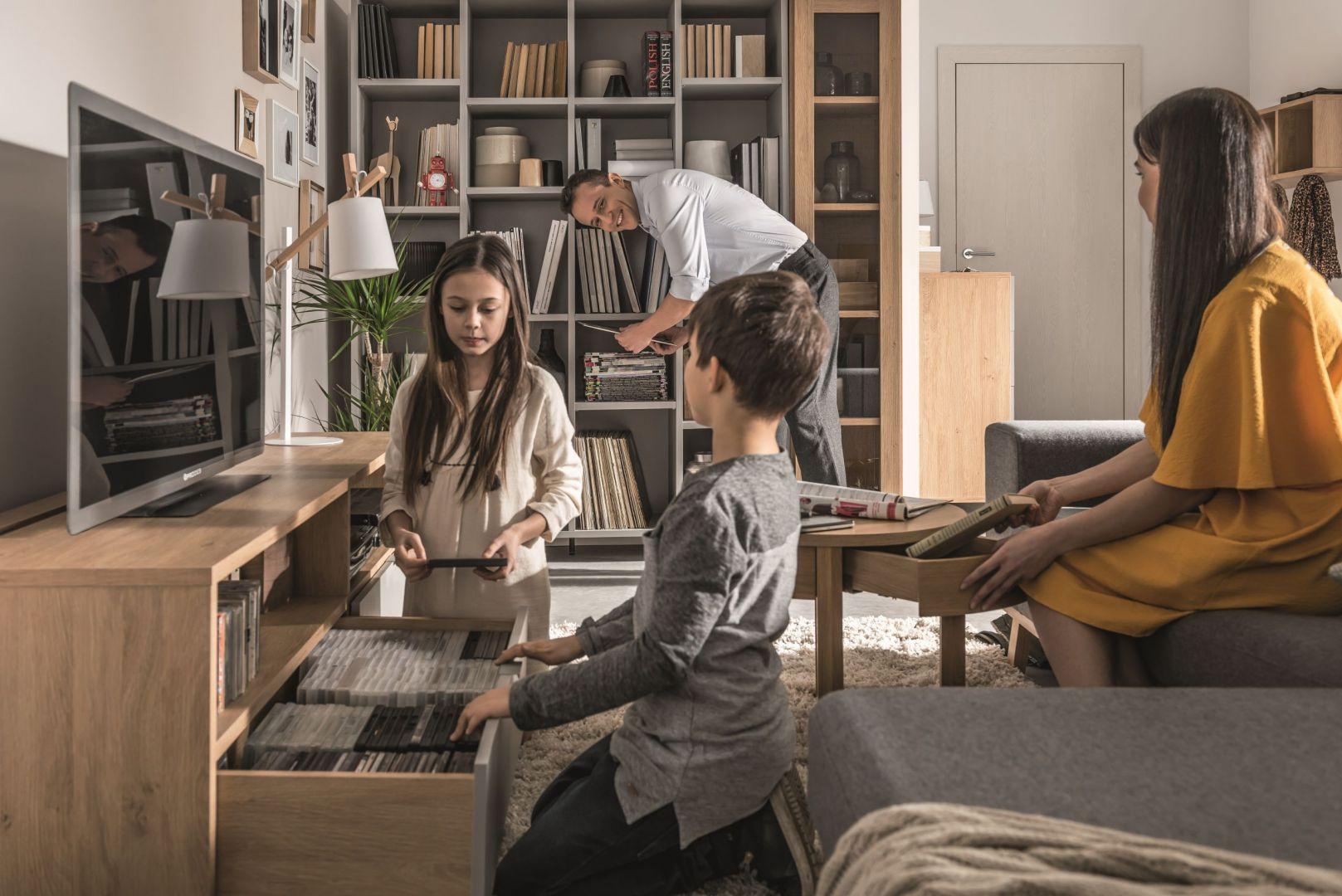 Meble z kolekcji Sipmle możesz komponować na wiele sposobów. Otwarte regały i sprytne schowki ułatwią przechowywanie. Fot. Vox