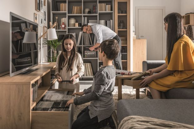 Rodzinne wnętrza są pełne skarbów. Ulubione filmy i książki taty, garderoba mamy, cała masa zabawek, a nieczęsto i gadżety pupilka. Jak to wszystko pomieścić? Z pomocą przyjdą pojemne zabudowy, efektowne regały i półki oraz designerskie ak