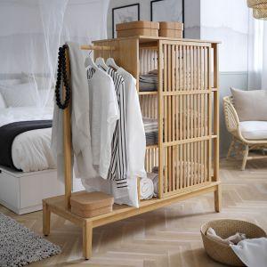 Mobilna szafa otwarta z przesuwanymi drzwiami Nordkisa wykonana z drewna bambusowego, którą w każdej chwili można przestawić. Fot. IKEA