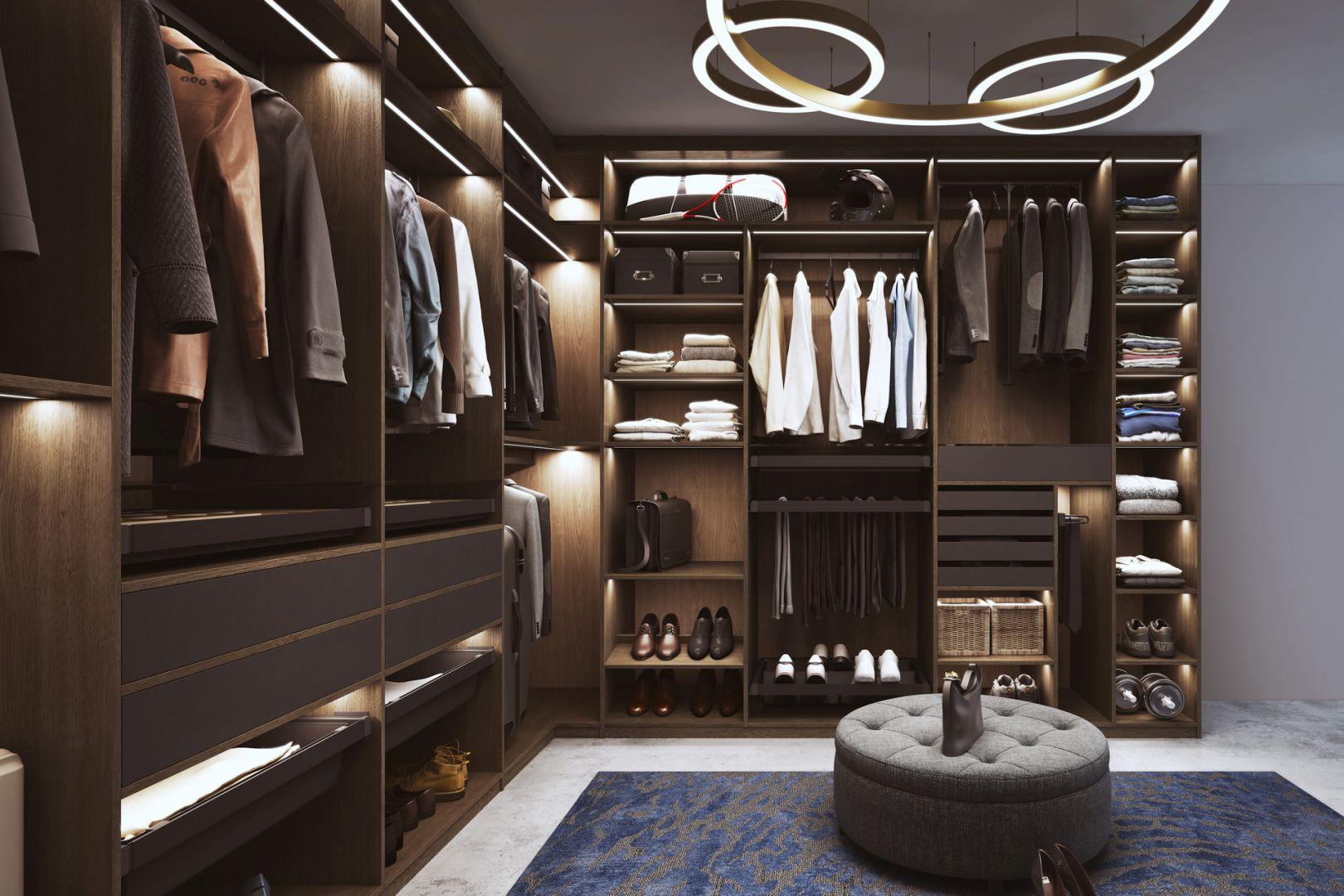 Funkcjonalność garderoby gwarantują akcesoria. Obok półek i szuflad to stojaki z prawidłami lub półki na buty. Fot. Komandor