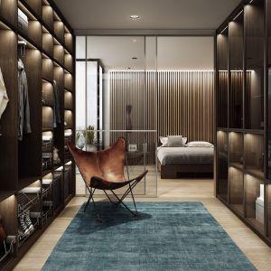 Garderoba inspirowana walk-in closet to miejsce, przechowywania ubrań i domowa przymierzalnia. Fot. Komandor