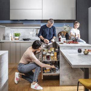 Przechowywanie w kuchni. Drobne przedmioty najlepiej przechowywać w wysuwanych modułach podblatowych, takich jak np. Snello, Slim czy Junior. Fot. Peka