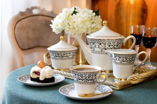 Piękna klasyczna porcelana będzie świetnie prezentować się na rodzinnym stole i dada klasy aranżacji jadalni.
