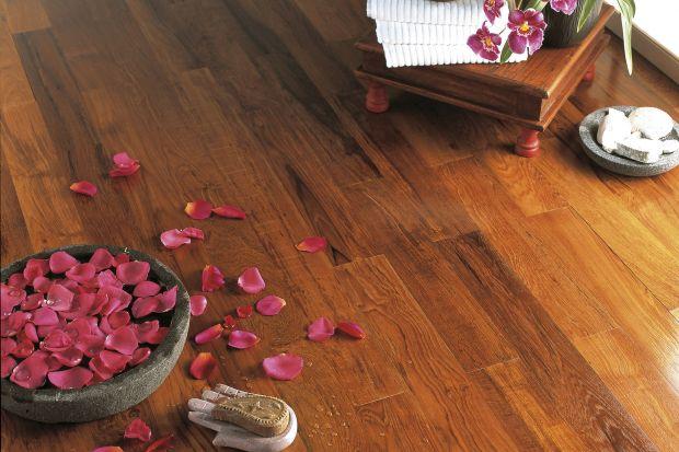 Wyobrażasz sobie miły dotyk drewna pod stopami, gdy wychodzisz z wanny, a może skrycie wzdychasz do mebli i dodatków z rustykalnych belek w łazience? Czasy, kiedy to wyłącznie glazura i ceramika królowały w wystroju domowych salonów SPA już daw