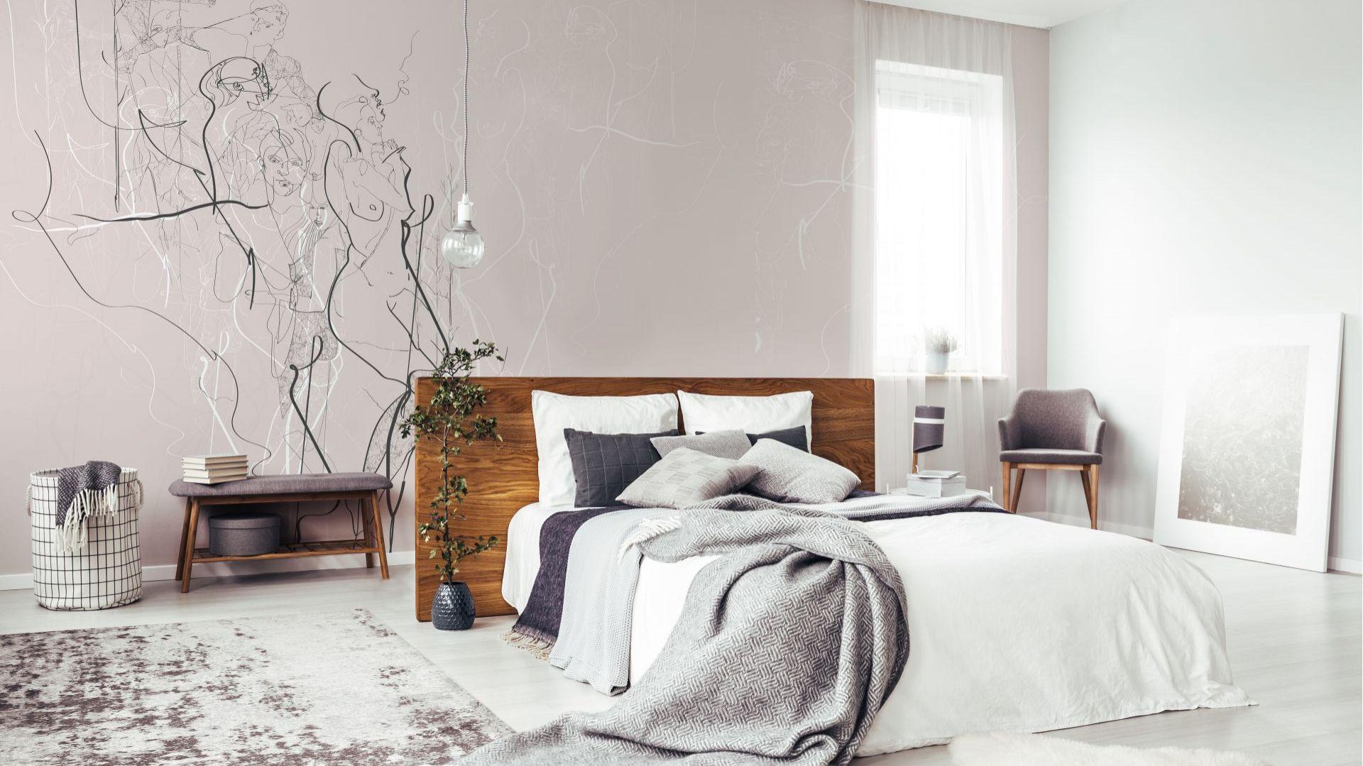 Niezwykle subtelna i zmysłowa tapeta BODY COMPOSITION stworzy w sypialni atmosferę wypoczynku i ukojenia oraz doda artystycznego sznytu. Znalazły się na niej szkice sylwetek ludzkich autorstwa doświadczonej ilustratorki Izabeli Wądołowskiej. Fot. Doubleroom
