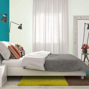 JEDYNKA DECO & PROTECT to zmywalna, matowa farba do malowania ścian i sufitów. Tworzy inteligentną powłokę, która stanowi skuteczną barierę dla różnego rodzaju plam i zabrudzeń. Jest odporna na szorowanie i wielokrotne zmywanie, dzięki czemu łatwiej jest utrzymać powierzchnię w czystości. Fot. Jedynka