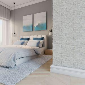 Kamień dekoracyjny SYDNEY to płytka gipsowa odwzorowująca fakturę kamienia naturalnego. Drobna struktura oraz neutralna kolorystyka sprawiają, że sprawdzi się ona zarówno w salonie, sypialni, jak w przedpokoju. Wymiary: 130 x 385 x 8-15 mm. Fot. Stegu