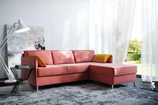 Zapewne nie każdy zdecydowałby się na tak odważny krok, jakim jest przemalowanie salonu na żywy, wyrazisty kolor.Zwłaszcza że na ścianach w małych pomieszczeniach zdecydowanie lepiej sprawdzą się jasne barwy, które optycznie powiększą wnę