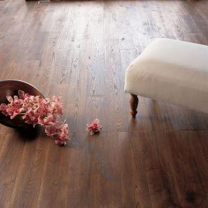Drewno w łazience: olej to dobry sposób na jego zabezpieczenie. Fot. V33