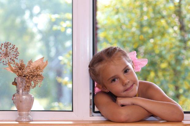 Za pomocą oczyszczaczy powietrza można bezpośrednio wpłynąć na jakość powietrza w domach. Co powinien mieć więc oczyszczacz, który sprawdzi się w pokoju zabaw i w sypialni dziecka? Podpowiadamy, na co zwrócić szczególną uwagę.