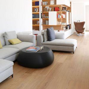 Wieszane regały, szafy i kredensy zostały wykonane według autorskiego projektu Mattia Lorenzo Vittori, dzięki temu integrują się z całą przestrzenią mieszkalną. Fot. Forestile